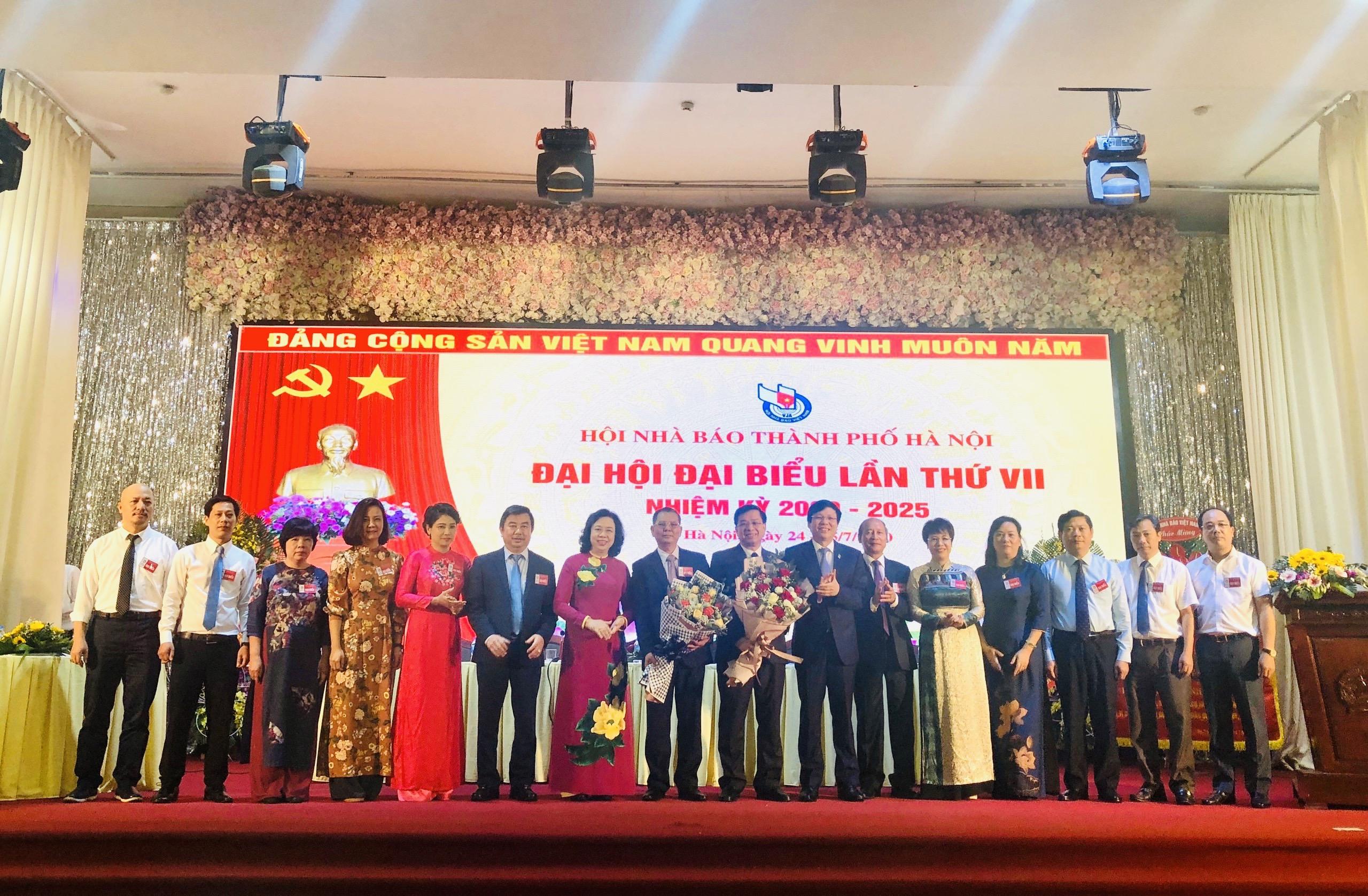 Ban chấp hành Hội nhà báo Thành phố Hà Nội nhiệm kỳ 2020-2025 ra mắt. Đồng chí Lê Quỳnh Trang- Tổng biên tập báo Phụ nữ Thủ đô  (thứ 5 từ trái sang) trúng cử Ban chấp hành nhiệm kỳ mới