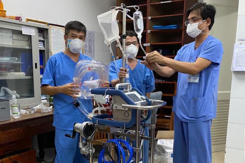 Bác sĩ điều chỉnh máy ECMO cho BN416.