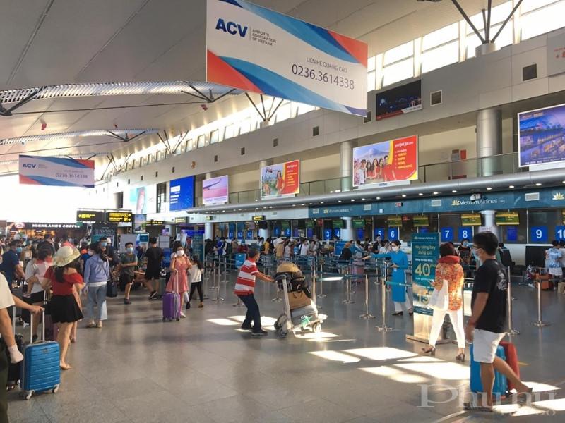 Đông đảo người dân có mặt tại sân bay Đà Nẵng chiều 26/7.