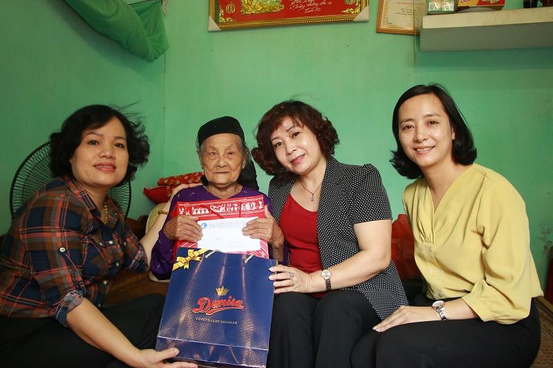 Phó Chủ tịch Hội LHPN Hà Nội Lê Thị Thiên Hương cùng đoàn công tác của Hội LHPN Hà Nội thăm, tri ân mẹ Việt Nam anh hùng Trần Thị Xạ