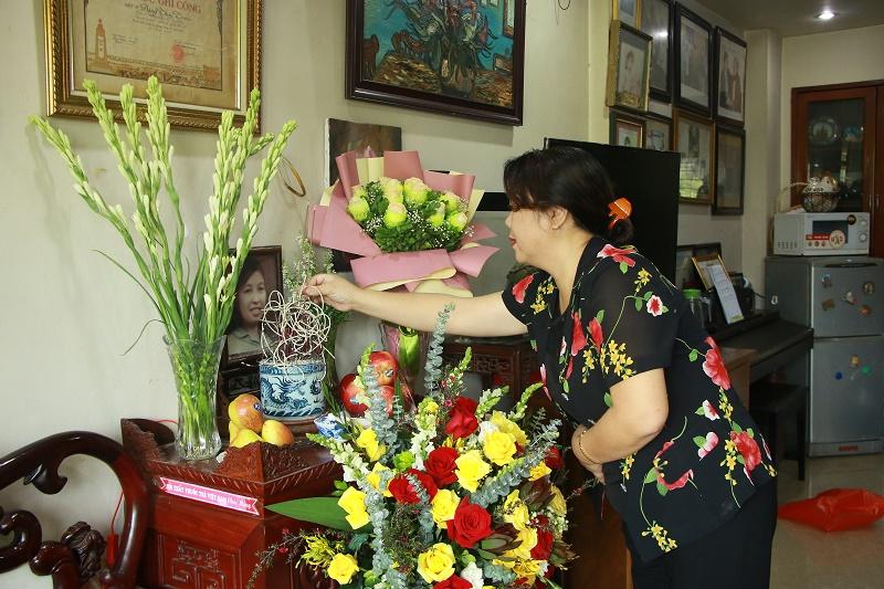Đồng chí Nguyễn Thị Thu Thủy, Phó Chủ tịch Thường trực Hội LHPN Hà Nội thắp hương tưởng nhớ Anh hùng Liệt sĩ Đặng Thùy Trâm