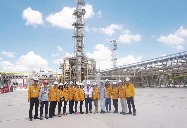 Các nhà báo đi thăm và làm việc tại Nhà máy xử lý khí Cà Mau.