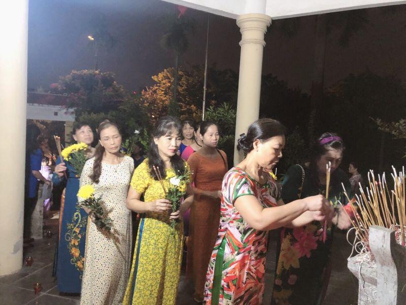 Hội LHPN đã tổ chức thắp nến, tri ân các anh hùng liệt sỹ tại Nhà bia liệt sĩ phường Đại Kim