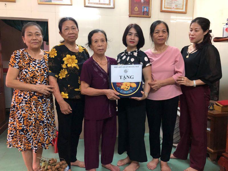 Cán bộ Hội thăm và tặng quà mẹ