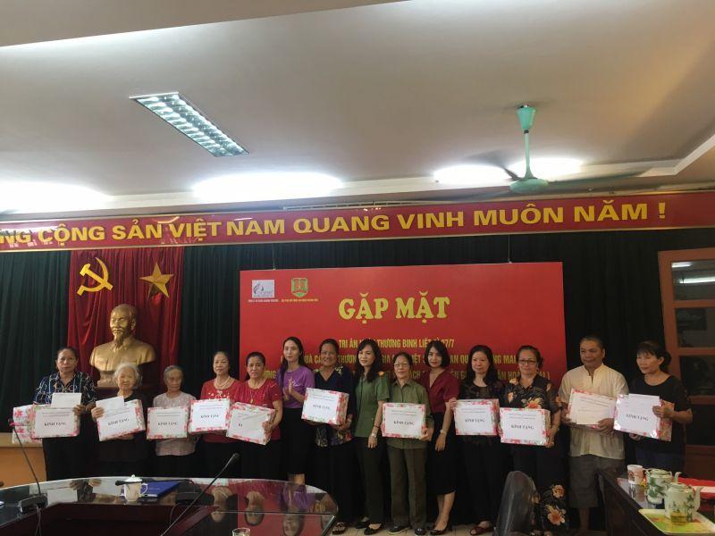 Hội LHPN quận phối hợp với Công an quận Hoàng Mai, công ty cổ phần Charme Perfume tổ chức gặp mặt, tặng quà các gia đình chính sách có hoàn cảnh khó khăn