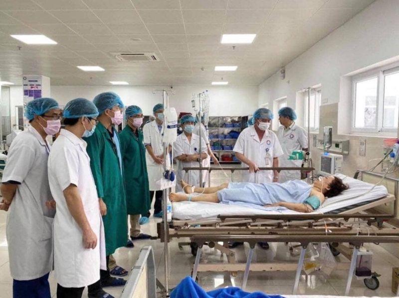 Ekip bác sĩ BV Việt Đức trực tiếp tham gia điều trị cho người bệnh.
