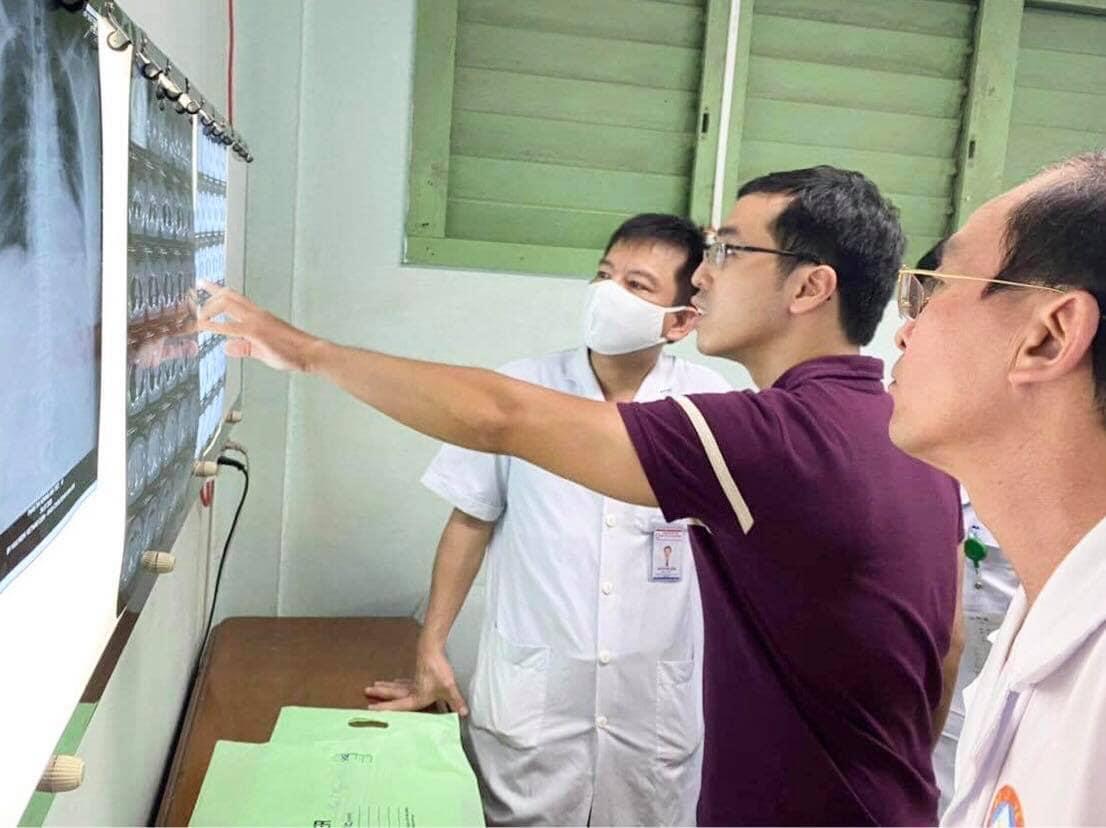 Các bác sĩ hội chẩn tình hình sức khoẻ của bệnh nhân.