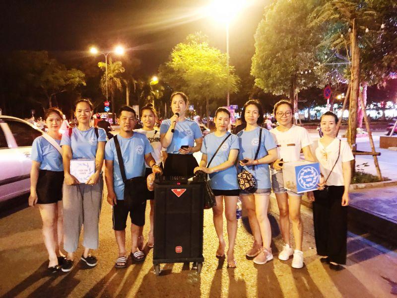 Vào tối thứ bẩy hàng tuần, các thành viên câu lạc bộ lại chia thành các tốp nhỏ rong ruổi khắp các đường phố của Thủ đô, dùng lời ca tiếng hát của chính mình để góp nhặt từng đồng kinh phí