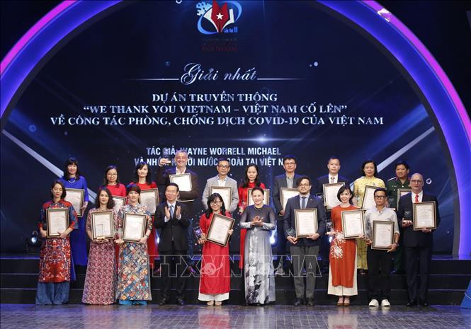 Chủ tịch Quốc hội Nguyễn Thị Kim Ngân và đồng chí Võ Văn Thưởng, Ủy viên Bộ Chính trị, Bí thư Trung ương Đảng, Trưởng Ban Tuyên giáo Trung ương trao giải Nhất cho các tác giả, nhóm tác giả có tác phẩm đạt giải.