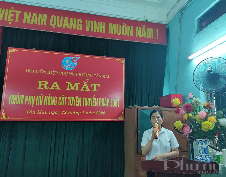 Đồng chí Nguyễn Thị Kim Thu - Chủ tịch Hội LHPN phường công bố quyết định thành lập Nhóm