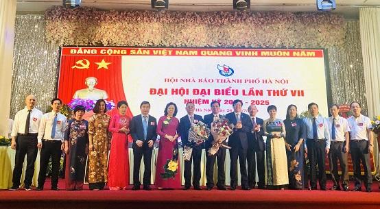 Đồng chí Ngô Thị Thanh Hằng và đồng chí Hồ Quang Lợi tặng hoa chúc mừng Ban chấp hành khóa VII nhiệm kỳ 2020-2025 ra mắt Đại hội.