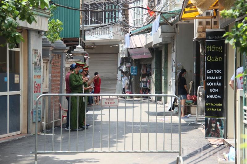 Các lực lượng chức năng tiến hành phong toả tại khu vực BN của Hà Nội đang sinh sống.