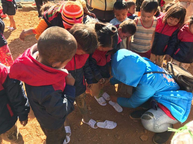 Trao tặng quà và quần áo, dép cho học sinh nghèo tại Huổi Mí, Hua Thanh, Điện Biên