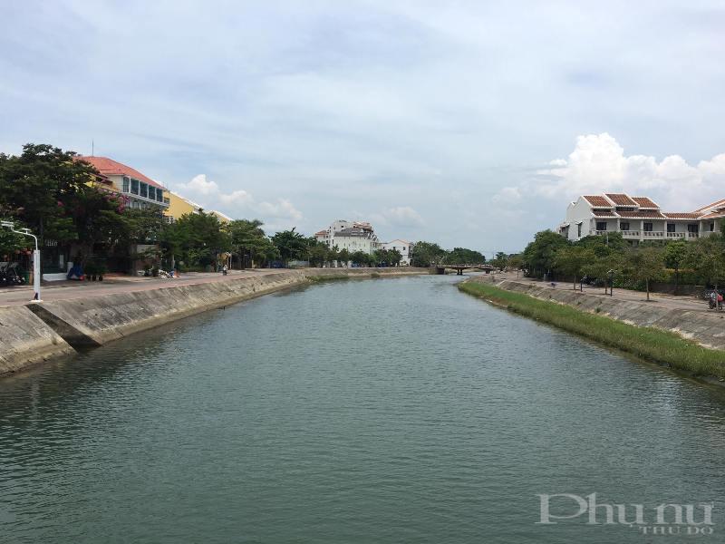 Hai bên bờ sông Hoài cũng chỉ lác đác vài người là cư dân sinh sống tại TP Hội An di chuyển, đi lại.