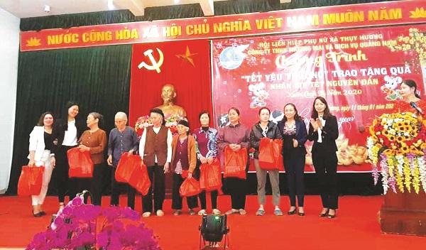 Chị Ngô Thị Thanh tặng quà cho hộ nghèo dịp Tết Nguyên đán 2020