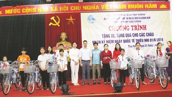 Chị Ngô Thị Thanh tặng xe đạp cho học sinh nghèo tại xã Thụy Hương