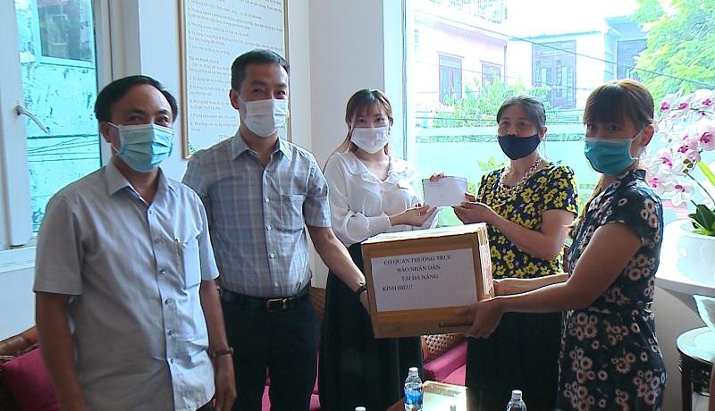 Lãnh đạo CQTT báo Nhân Dân tại Đà Nẵng thăm và tặng quà nhóm du khách bị kẹt lại Đà Nẵng do lệnh giãn cách xã hội