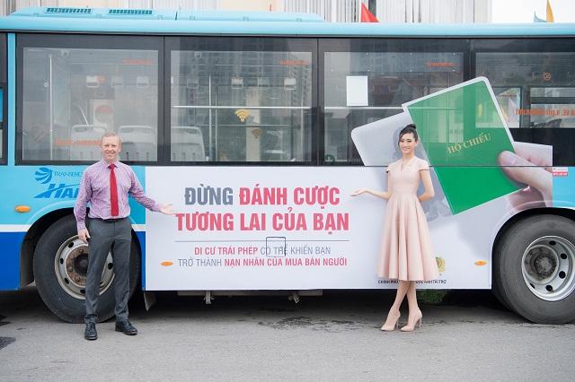 Hoa hậu tham gia lễ căng khẩu hiệu trên xe bus trong chiến dịch