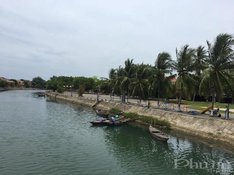 Những con thuyền trên sông Hoài - TP Hội An thường ngày đông đúc du khách trải nghiệm nay cũng nằm lặng lẽ bên bờ sông.
