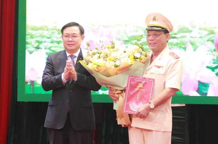 Đồng chí Vương Đình Huệ trao Quyết định chỉ định tham gia Ban chấp hành, Ban Thường vụ, giữ chức danh Bí thư Đảng ủy Công an thành phố Hà Nội đối với Thiếu tướng Nguyễn Hải Trung