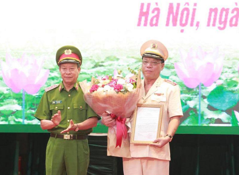 Thứ trưởng Bộ Công an Lê Quý Vương trao Quyết định bổ nhiệm Giám đốc Công an thành phố Hà Nội cho đồng chí Nguyễn Hải Trung.