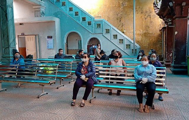Người dân giữ đúng khoảng cách quy định khi chờ viếng tại Nhà tang lễ Phùng Hưng