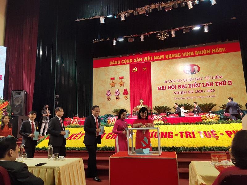 Các đại biểu bỏ phiếu bầu Ban chấp hành Đảng bộ quận Bắc Từ Liêm khóa II