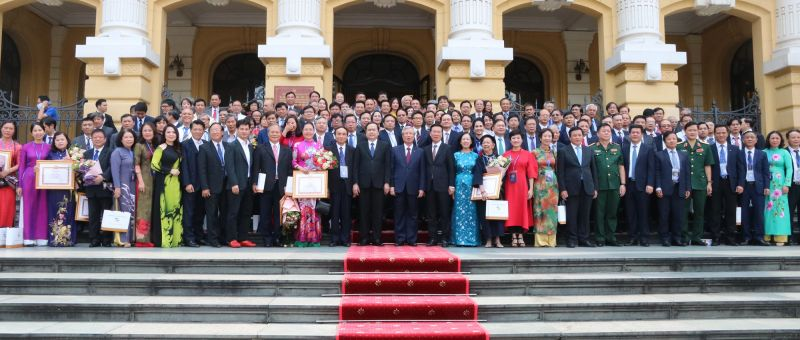Các đại biểu chụp ảnh lưu niệm tại Hội nghị