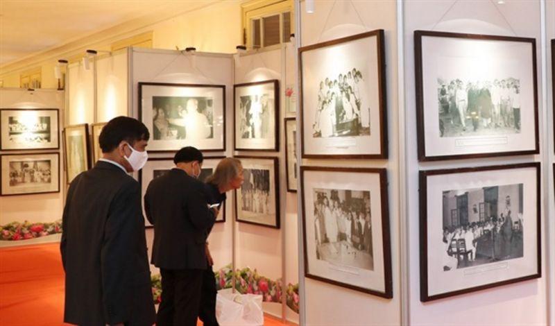 Gần 150 ảnh, tư liệu thể hiện Người luôn luôn quan tâm, trọng dụng nhân sĩ, tri thức, nhà khoa học và văn nghệ sĩ
