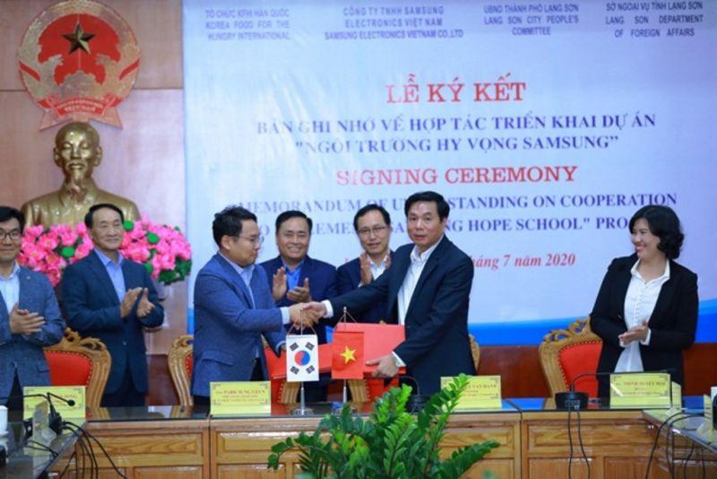 Chủ tịch UBND tỉnh Lạng Sơn Nguyễn Văn Hạnh (phải) và Phó Tổng giám đốc Samsung Việt Nam Park Sung Geun (trái) ký kết hợp tác triển khai dự án Trường học hy vọng tại xã mai Pha, TP.Lạng Sơn