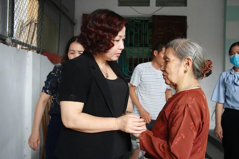 Đồng chí Lê Thị Thiên Hương, Phó Chủ tịch Hội LHPN Hà Nội hỏi thăm, chia sẻ nỗi đau mất đi người thân với mẹ của nạn nhân Nguyễn Tiến Sơn