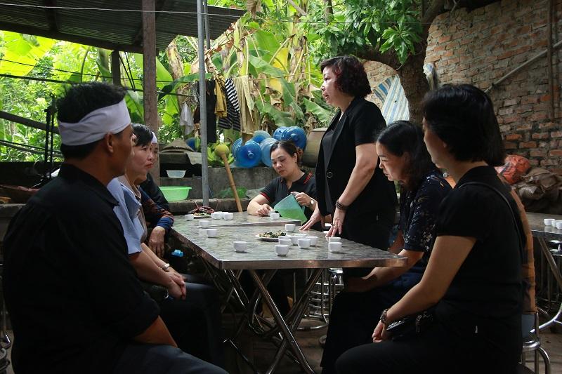 Đồng chí Lê Thị Thiên Hương, Phó Chủ tịch Hội LHPN Hà Nội gửi lời chia buồn tới gia đình nạn nhân Nguyễn Thế Bồng