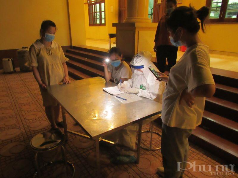 Cán bộ y tế tại đơn vị kiểm tra sức khỏe các công dân trong khu cách ly.