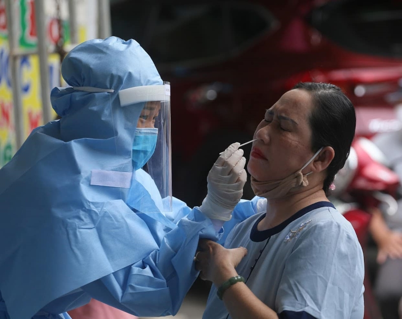 Nhân viên y tế lấy mẫu xét nghiệm dịch hầu họng cho người dân tại Đà Nẵng.