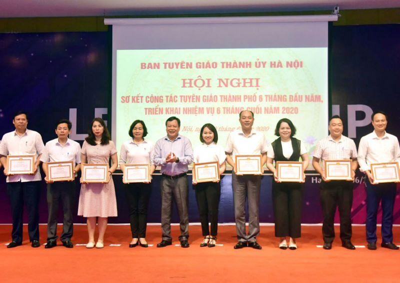 Trưởng ban Tuyên giáo Thành ủy Hà Nội Nguyễn Văn Phong trao Giấy khen của Ban Tuyên giáo Thành ủy cho các đơn vị có thành tích xuất sắc trong công tác tuyên giáo 6 tháng đầu năm 2020. Ảnh: Viết Thành