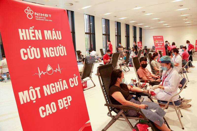 Sáng 2/8, đông đảo người có mặt tại Trung tâm Hội nghị quốc gia để tham gia hiến máu nhân đạo.