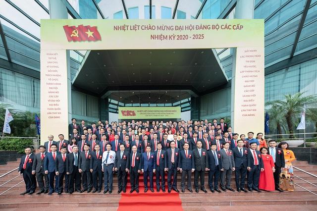 Các vị đại biểu và khách mời chụp ảnh lưu niệm cùng Đại hội.