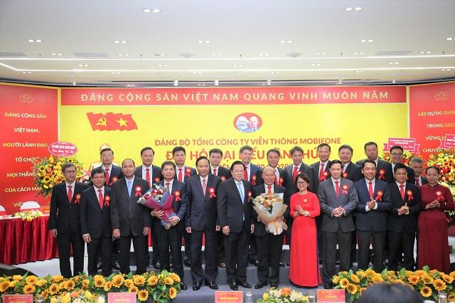Đồng chí Nguyễn Hoàng Anh – Chủ tịch UBQLVNN tặng hoa chúc mừng Ban Chấp hành Đảng bộ MobiFone nhiệm kỳ 2020 -2025.