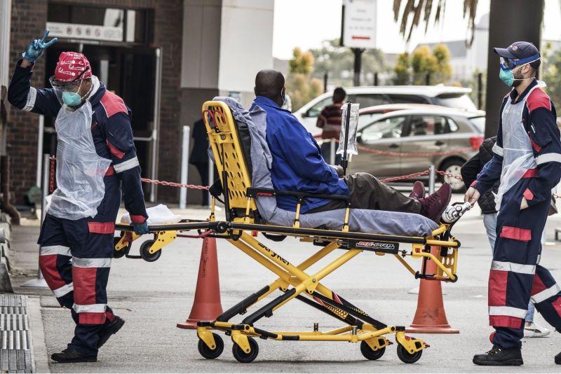 Chuyển bệnh nhân COVID-19 tới bệnh viện tại Port Elizabeth, Nam Phi, ngày 10/7/2020.