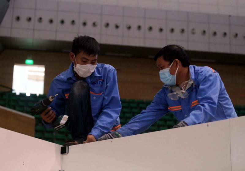 Công nhân đơn vị xây dựng tập trung hoàn thiện phần thô của bệnh viện dã chiến.