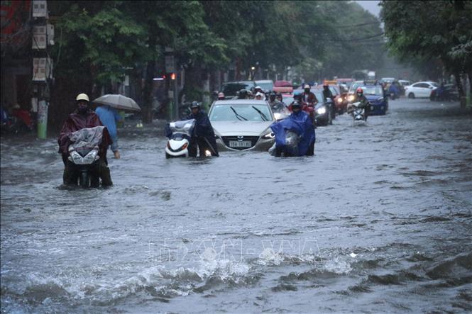 Ngày 2/8/2020, do ảnh hưởng của bão số 2, Hải Phòng có mưa trên diện rộng, lượng mưa lớn, kéo dài đã gây ngập lụt cục bộ nhiều khu vực. Ảnh: Hoàng Ngọc/TTXVN