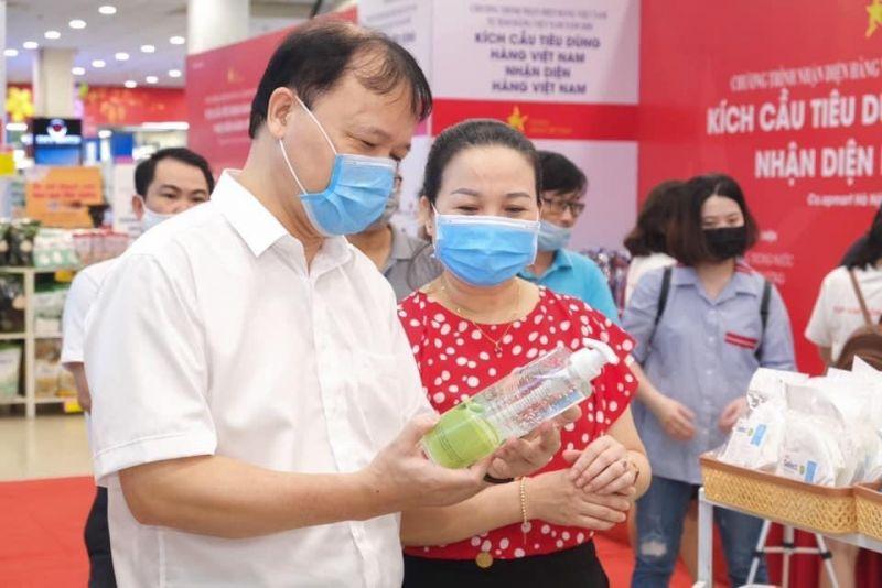 Thứ trưởng Bộ Công Thương Đỗ Thắng Hải đi kiểm tra thực tế việc cung ứng hàng hoá tại siêu thị Co.opmart Hà Nội và siêu thị Big C. Ảnh: VGP/Phan Trang