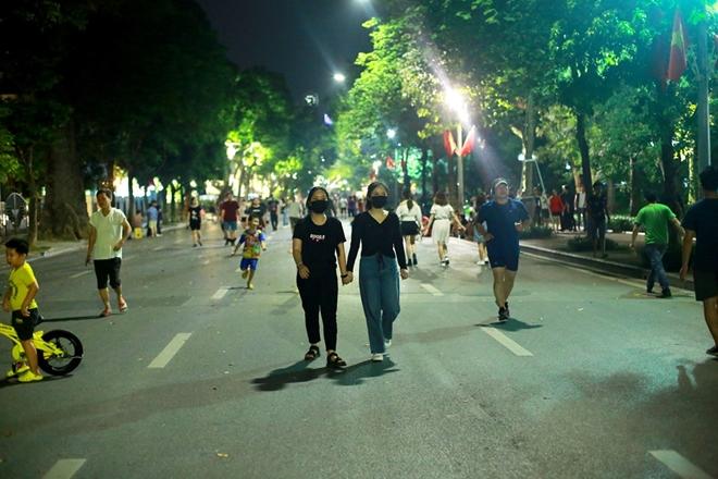 Hà Nội yêu cầu tạm dừng lễ hội tại không gian đi bộ hồ Hoàn Kiếm để phòng chống dịch Covid-19.