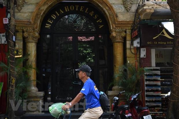 Khách sạn trên phố cổ Hà Nội cửa đóng then cài khi dịch COVID-19 trở lại, chụp sáng ngày 3/8 trên phố Hàng Dầu. (Ảnh: Nhạc Nguyễn/Vietnam+)