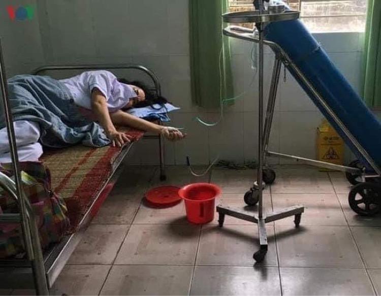 Chị Đặng Thị Thu Hà được thở oxy sau khi ngất xỉu