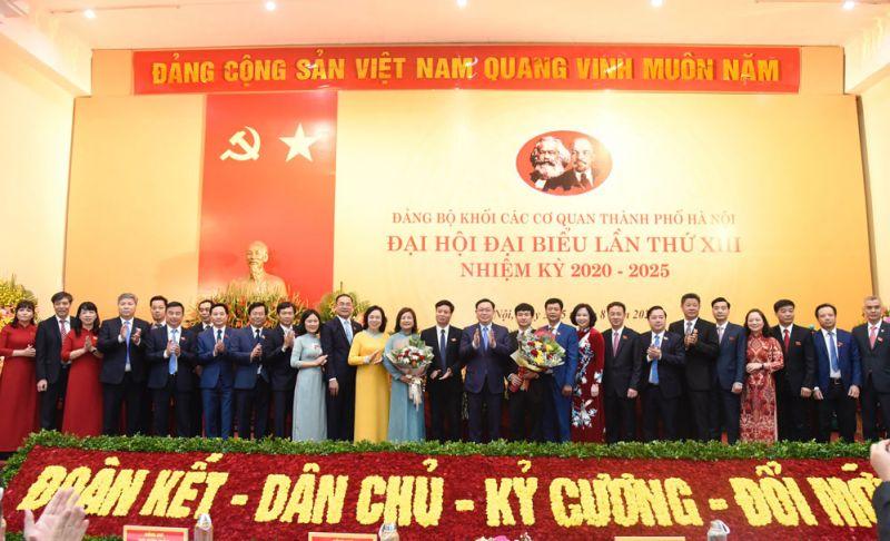Bí thư Thành ủy Hà Nội Vương Đình Huệ và Phó Bí thư Thường trực Thành ủy Hà Nội Ngô Thị Thanh Hằng tặng hoa, chúc mừng Ban Chấp hành Đảng bộ Khối các cơ quan thành phố Hà Nội, nhiệm kỳ 2020-2025.