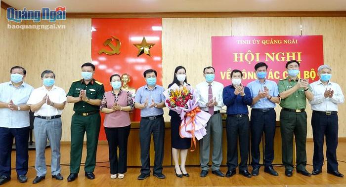Ban Thường vụ Tỉnh ủy tặng hoa chúc mừng đồng chí Bùi Thị Quỳnh Vân. Ảnh: Báo Quảng Ngãi