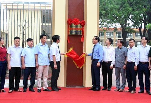 Các đại biểu tham dự lễ gắn biển  công trình trường tiểu học Tốt Động