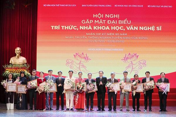 Đại diện Lãnh đạo Đảng và Nhà nước trao tặng Bằng khen cho các văn nghệ sỹ, nhà khoa học, trí thức tiêu biểu năm 2020