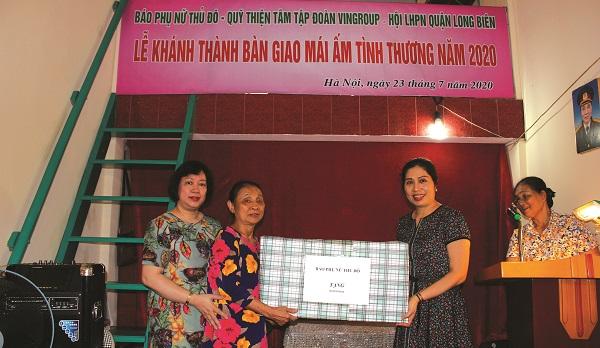 """Bà Nguyễn Thị Nhâm nhận phần quà do báo PNTĐ trao tặng trong ngày bàn giao """"Mái ấm tình thương""""."""